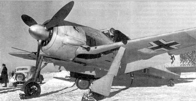 У самолета во время старта обнаружились какие-то проблемы с двигателем. Пилот прекратил взлет и теперь совещается с механиком.