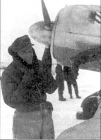 Укутавшийся в поднятый воротник пилот из I./JG 54 позирует на фоне капота своего Fw 190. На капоте машины видна эмблема группы — герб города Нюрнберг. А вот кому принадлежат ноги, свисающие с крыла, наверное, навсегда останется загадкой.