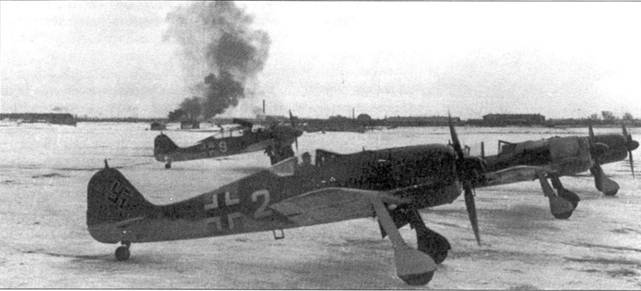 Этот снимок сделан почти одновременно с предыдущим. Виден четвертый самолет — A-4 — у которого идет осмотр пулеметов MG 17.