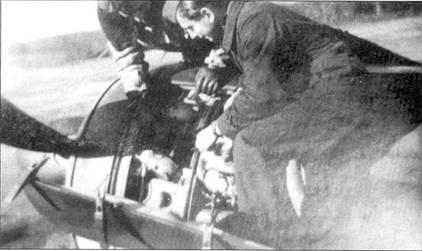 Механик унтер-офицер Роммер проводит осмотр своего Fw 190. В середине 1943 году этот самолет вернулся на аэродром без двух цилиндров в двигателе, снесенных огнем советской зенитной артиллерии. Несмотря на столь серьезные повреждения, пилот сумел дотянуть до своего аэродрома и чисто сесть «на три точки».