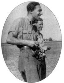 28 августа. Орел. Несмотря на бессчетное число боевых вылетов, совершенных в течение лета по всему фронту в районе Курска, командир II./JG 54 капитан Эрих Рудорффер еще находит в себе силы улыбаться. Рудорффер закончил войну, имея на счету 222 побед, из которых 136 были заявлены на Восточном фронте. Последнюю дюжину побед он одержал, летая на Me 262 в должности командира I1./JG 7.