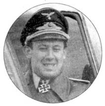 Капитан Гипс Штолльнбергер, командир 6./SchlG I в дни битвы на Курской Дуге. Во время одного из вылетов он был сбит и совершил вынужденную посадку на территории, контролируемой советскими войсками. В течение четырех дней он прятался, пока в ночь вплавь не преодолел Дон и вернулся в расположение своей части. Войну Штолльнбергер закончил на должности командира 8./ SG 10 с 45 победами на счету.