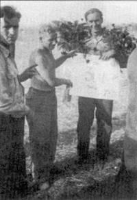 27августа 1943 года, аэродром Большая Рудка. Улыбающийся обер-фельдфебель принимает поздравления за успешно завершенный 300-й боевой вылет.