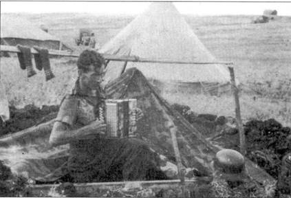 Если части, действовавшие на Ленинградском фронте проживали в царских дворцах, то на юге, все было гораздо скромнее. Например, II./SchlG 2 расквартировалась в землянках и палатках. В перерывах между боевыми вылетами этот пилот- штурмовик развлекается игрой на гармонике.