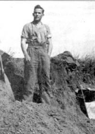 В конце 1943 года, с наступлением холодов, «подземный комплекс» II./SchlG 2 наводнили змеи. Летчики уже хотели покинуть обжитые землянки, как в дело вступил унтер-офицер Лебзанфт, которого можно увидеть на снимке. Обладая завидной реакцией, унтер-офицер быстро переловил всех змей.