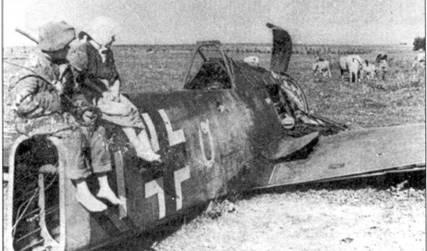 А это снимок для настоящих знатоков. В советском издании подпись под этой фотографией гласит, что сей злосчастный Fw 190 был сбит в районе Глукова в сентябре 1943 года. Белая вертикальная полоса за крестом указывает на то, что эта машина III-й группы, а вот назначение готической буквы «О» неясно. Может быть в рядах III./JG 51 был кто-то, пренебрегающий установленными правилами?