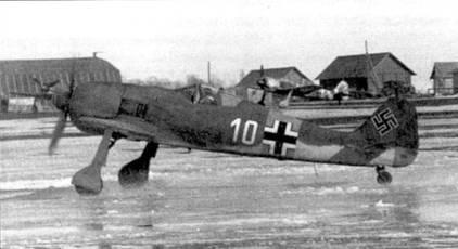 Как лягушки на водных лыжах — два Fw 190 выруливают по грязи полевого аэродрома, начало 1943 года. Поскольку на самолетах отсутствуют какие бы то ни было <a href='https://arsenal-info.ru/b/book/141600269/3' target='_self'>тактические знаки</a>, кроме бортового номера, можно лишь гадать о том, какой части принадлежали эти Fw I90A-4. Если это машины JG 51, то снимки сделаны в Орле, а если JG 54 — то в Красногвардейске. Обратите внимание ни бело-серый Fw 190, стоящий за «белой десяткой».