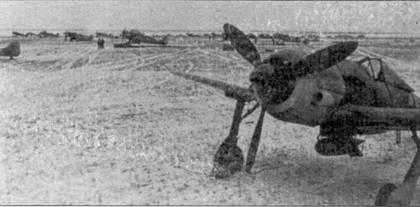 Конец 1943 года. Fw 190F с подвешенной бомбой стоит в ожидании боевого вылета. Самолет еще не получил зимний камуфляж.