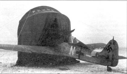 Приспособления для пуска Fw 190 в холода. Обычно использовались передвижные обогреватели, в то время как палатки использовались гораздо реже. Обычно палатки использовали не для прогрева двигателя, а для ремонта в степи зимой. На самолете с белой «N» обращает па себя внимание упрощенный крест на фюзеляже.