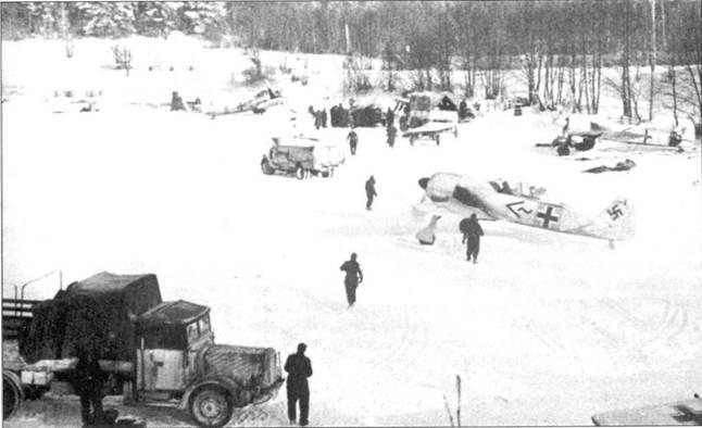 Зима 1942/43г.г. Fw 190А-3, выделенные из состава I./JG 51, дислоцируются на зимнем аэродроме, оборудованном на льду озера Иван, к западу от Москвы. На самолете, расположенном на заднем плане, идет замена двигателя. На самолетах, принадлежащих штабу группы (в правой половине снимка), видны заметные «шевроны» и желтые полосы быстрой идентификации. Самолеты этой части в описываемый период активно привлекались к сопровождению пикирующих бомбардировщиков Ju 87, обеспечивавших воздушный мост с окруженными под Великими Луками немецкими частями.