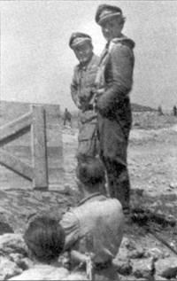 Апрель 1944 года, Херсон. У землянки штаба IIJSG 2 встретились командир 6./ SG 2 обер-лейтенант Эрнст Бойтельшпахер (справа) и неизвестный пилот из его эскадрильи. Месяц спустя Бойтельшпахер стал кавалером Рыцарского креста, а в июле погиб над Румынией в бою с американскими истребителями.