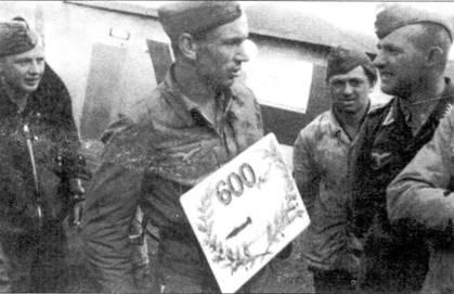 Свой 600-й боевой вылет Германн Бухнер совершил в Румынии в начале 1944 года, всего через два месяца после 500-го вылета. Возле его Fw 190F-8 «зеленая Y» стоят механик (сзади справа), его «качмарик», а также молодой человек по имени Вольфганг фон Рихтгоффен — сын знаменитого пилота штурмовой авиации Вольфрама фон Рихтгоффена. Ефрейтор фон Рихтгоффен погиб 5 июня 1944 года, во время вылета над Яссами на своем Fw 190 «зеленая G».