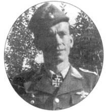Этот снимок обер-фельдфебеля Бухнера сделан 20 июля 1944 годи, сразу после награждения того Рыцарским крестом. На снимке не видно, но Бухнер также имел Германский крест (на правом нагрудном кармане). Кроме того он носил нарукавную нашивку и нагрудный знак пилота штурмовой авиации, значок за ранение и значок участника крымской кампании.