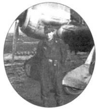 Главный механик Бухнера унтер-офицера Вицорек, стоящий перед «своим» Fw 190F-8.