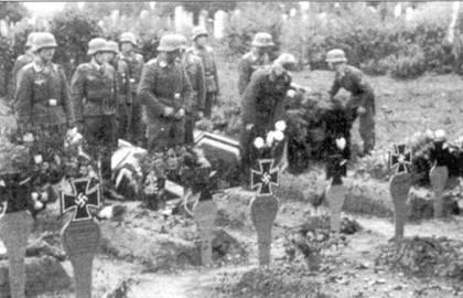 Проссниц, 1944 год. Похороны пилотов II./SG 2, погибших над Чехословакией в бою с Р-38 Lightning. В этот период воинские кладбища быстро заполнялись могилами погибших штурмовиков.