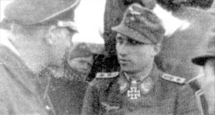 Майор фон Бонин, командир JG 54 (слева) беседует с Вальтером Новотны, только что вернувшимся из Берлина, где его наградили Дубовыми листьями с Мечами.