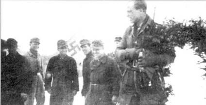 Обер-фельдфебель Альбин Вольф (144 победы) 23 марта 1944 года одержал 7000- ю победу полка JG 54. Усталые механики и пилоты поздравляют своего товарища.
