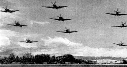 Впечатляющий снимок пролета на малой высоте строем одной их эскадрилий (номер установить не удалось) «Спитфайров» Мk IX, Великобритания, 1943г.