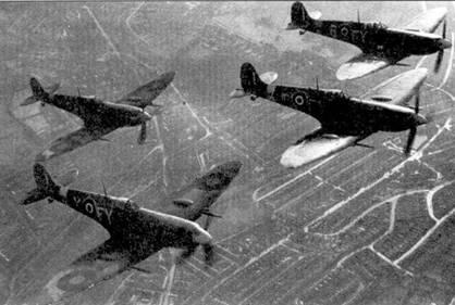Истребители «Спитфайр» Mk IX одного из первых выпусков. Самолеты принадлежит 611-й эскадрилье RAF, снимок сделан в конце 1942г. на д южной частью Лондона. 611-я эскадрилья была перевооружена «девятками» одной из первых в Истребительном командовании Королевских ВВС.