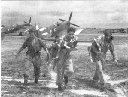Летчики 607-й эскадрильи только что вернулись из боевого вылета, Бирма, поздняя вески 1945г. Обратите внимание на белые полосы, нанесенные на плоскости крыльев и хвостовое оперение «Спитфийров» Мк VIII — отличительный знак Командования Юго-Восточной Азии. Истребители несут камуфляжную окраску темно-зеленого и темно-коричневого (земляного) цветов. Весной 1945г. японская авиация практически не появлялись в небе Бирмы, поэтому воздушные бои считались очень большой редкостью.