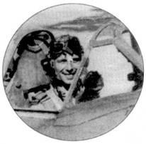 Флэг-офицер Уилфред Гулд из 607-й эскадрильи сфотографирован в кабине истребителя «Спитфайр» Мк VIII, май 1944г. Летному делу настоящим образом Гулд учился в 1941-42г.г. в Австралии, затем стал летчиком 607-й эскадрильи RAF, летал сначала на «Харрикейнах», затем — на «Спитфайрах» Mk V и Мк VIII. Гулд сбил четыре самолета достоверно, один вероятно и пять повредил.