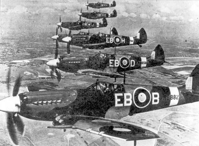 В полете над Девонширом «Спитфайры» Mk XIV из 41-й эскадрильи RAF. Ни переднем плаче — истребитель флайт- лейтенанта Дональда Смита. В этот период основным видом деятельности летчиков 41-й эскадрильи являлся перехват маловысотных рейдеров люфтваффе.