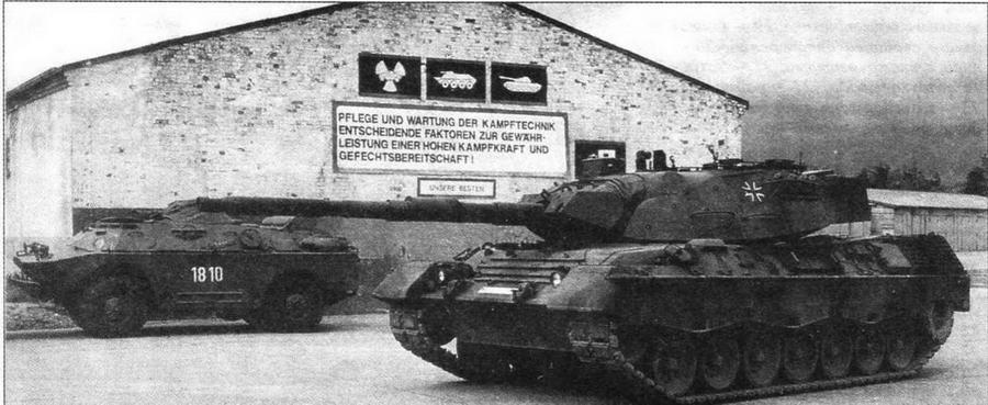 Основной боевой танк Leopard 1А5 из 403-го танкового батальона (Pz Btl.403). Слева — БРДМ-2 бывшего 27-го мотострелкового полка ННА ГДР. Шверин, апрель 1991 года