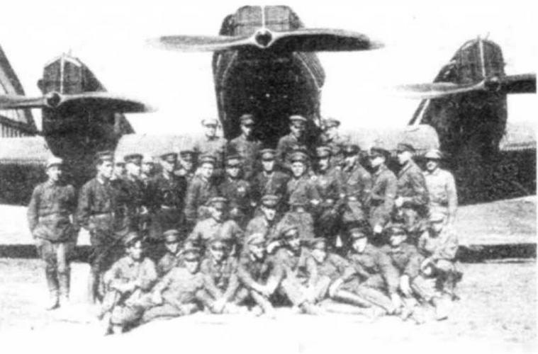 Личный состав отряда особого назначения во главе с командиром С.А. Шестаковым (который позже слетал в США на «Стране Советов») у ЮГ-1.
