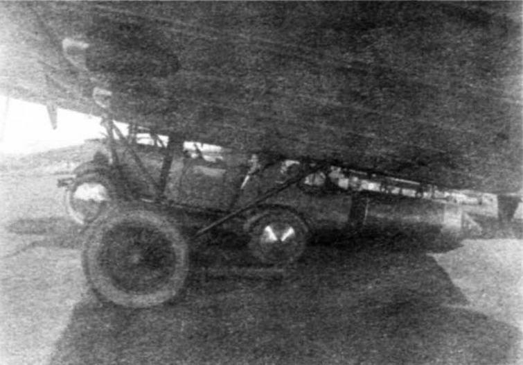 Автомашина Форд А на подвеске ПД-А под бомбардировщиком ТБ-1