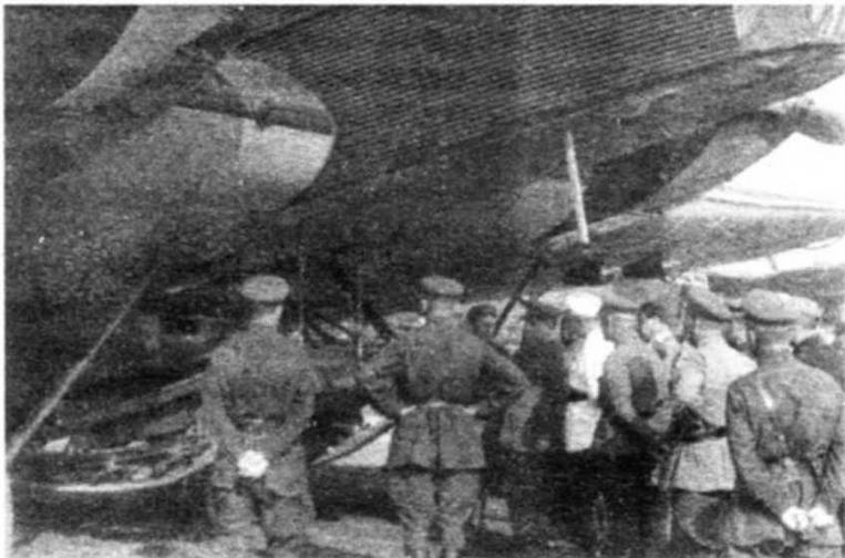 Нарком Г.К. Орджоникидзе и командарм М.Н. Тухачевский осматривают подвеску танкетки «Карден-Ллойд» под ТБ-1