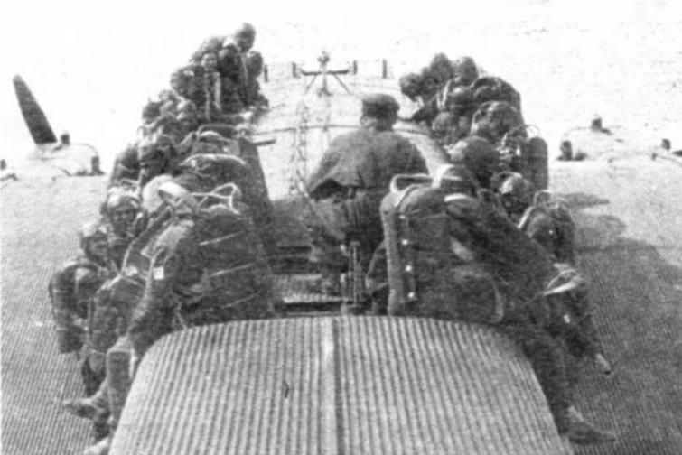 Инструктаж парашютистов прямо на крыле ТБ-3