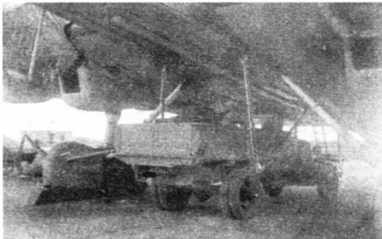 Грузовик, подвешенный между стойками шасси ТБ-3