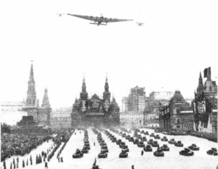 Вот так виделось будущее наших вооруженных сил в начале 30-х годов: на земле — колонны танков, в небе — бомбовозы-гиганты
