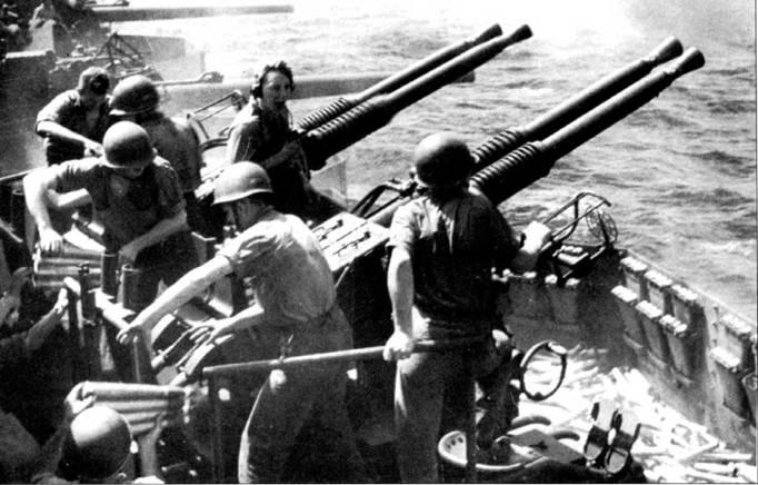 Расчет счетверенного 40-мм зенитного автомата Бофорс авианосца CV -12 «Хорнест» в бою, рейд 58-го авианосного оперативного соединения к берегам Японии, 16 февраля 1945г.