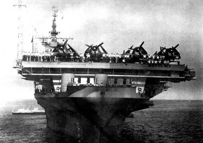 Авианосец CV -19 «Хэнкук», т июля 1944г. Более короткая полетная палуба позволила установить в носовой оконечности корпуса второй счетверенный 40-мм зенитный автомат Бофорс. Оба носовых Бофорса предназначены для отражения атак самолетов с носовсых курсовых углов. На снимке видны две круглых установки системы управления огнем Mk 51, используемой для наведения 40-мм зениток.