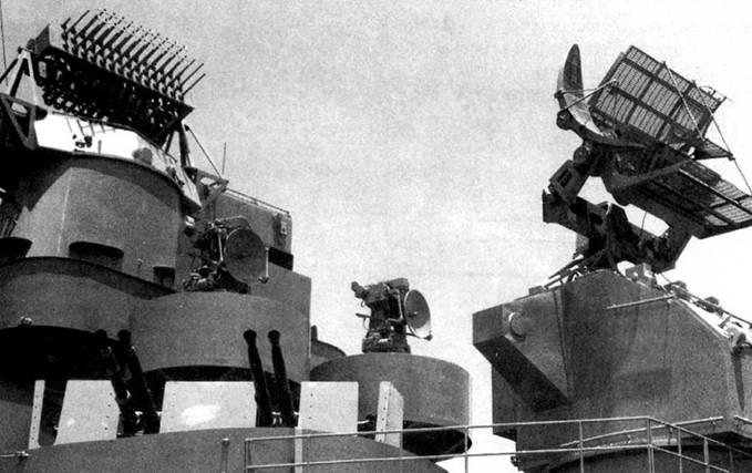Снимок сделан с борта линкора BB-60 «Алабама». В кадре — радиолокаторы авианосца тина «Эссекс» в ассортименте. Слева направо: РЛС FH, используемая для наведения 40-мм зениток, две системы управления огнем Mk 577 (установлены взамен СУО Mk 51) и РЛС Mk 12/22.