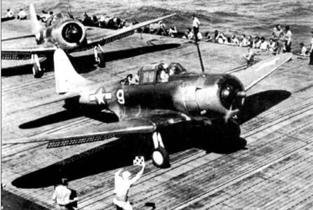 Пикирующий бомбардировщик SBD-5 в ожидании команды на в нет, полетная палуба авианосца типа «Эссекс», рейд на острова Маркус и Уэйк.