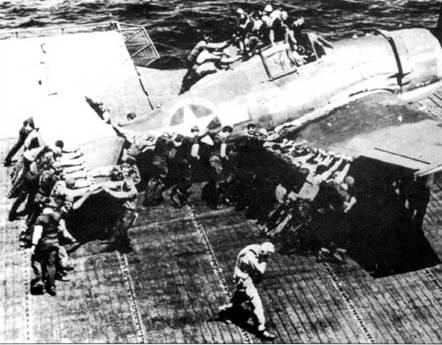 Толпа откатывает истребитель F6F «Хеллкэт» после посадки, полетная палуба авианосца «Лексингтон», 1944г.