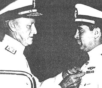 Адмирал Нимиц вручает Морской Крест Томасу Клакрингу, командиру подводной лодки «Гардфиш»