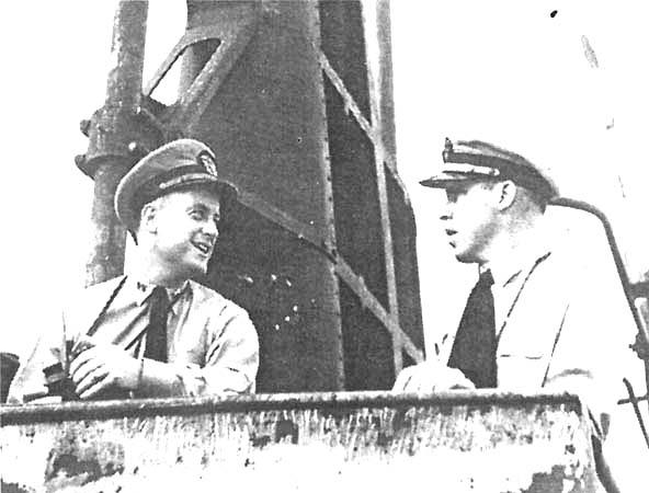 Капитан-лейтенант Дадли Мортон и его старпом лейтенант Ричард О'Кейн на мостике «Уоху»