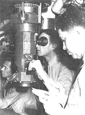 Командир подводной лодки у перископа