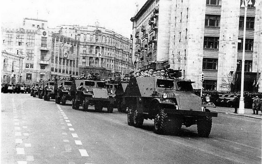 Бронетранспортеры БТР-152 — неизменные участники военных парадов на Красной площади в 50-е годы. Москва, 1 мая 1956 года