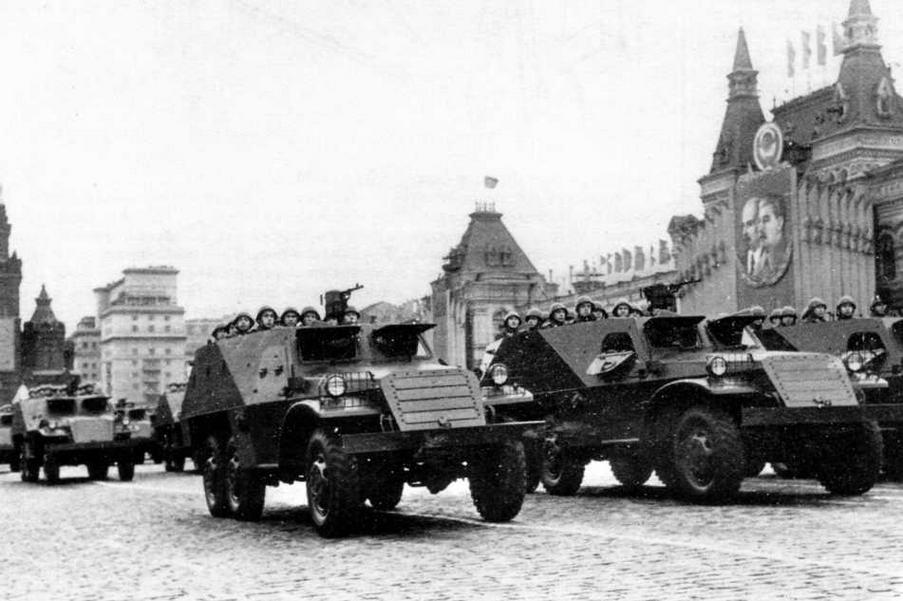 Бронетранспортеры БТР-152 проходят по Красной площади. Жалюзи радиаторов закрыты по- боевому. У второй, третьей и т.д. машин откинуты верхние створки правых броневых дверей — так было легче визуально контролировать равнение в шеренге. Москва, 7 ноября 1954 года