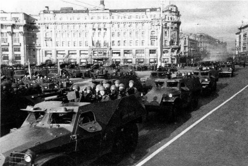 Бронетранспортеры БТР-152 на Манежной площади перед парадом. Москва, 7 ноября 1955 года. На машинах— участниках военных парадов часто устанавливался нештатный крупнокалиберный пулемет ДIII КМ, выглядевший более внушительно и эффектно, чем штатный СГ-43.