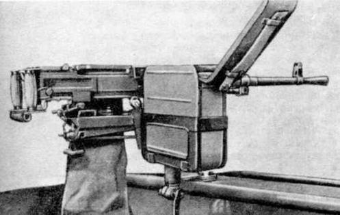 Установка пулемета на курсовом вертлюжном кронштейне (магазин-коробка с лентой вставлена в корзину и закреплена по-боевому)