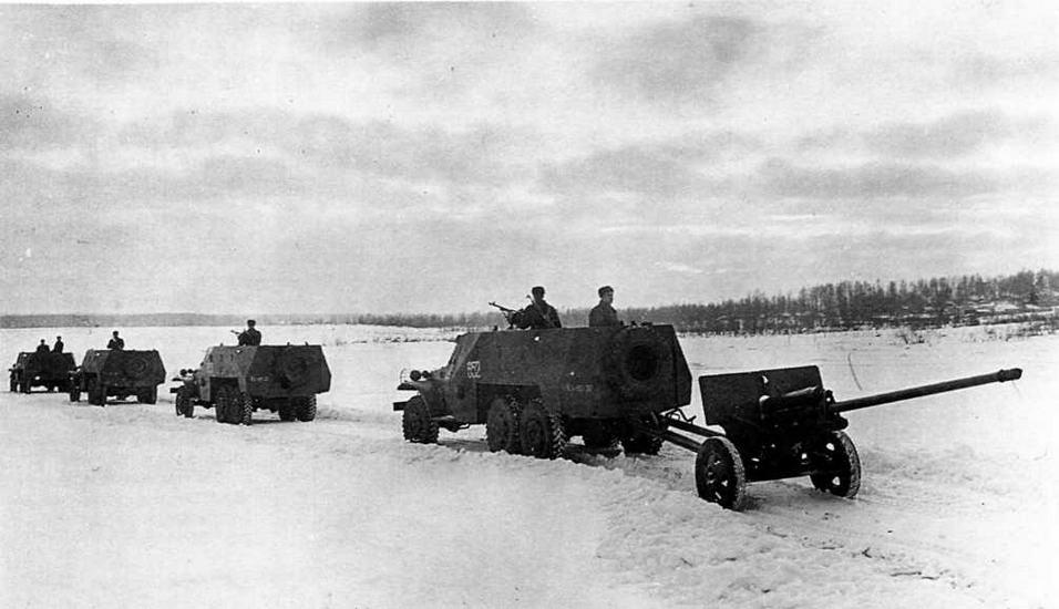 Колонна боевых машин на учениях. Зима 1957 года. Тяговые свойства БТР-152 позволяли ему буксировать артиллерийские системы калибром до 100 мм различных типов (в данном случае — 57-мм пушку ЗИС-2)