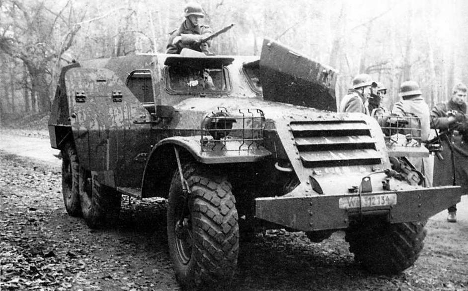 """БТР-152В в """"роли"""" бронетранспортера гитлеровского вермахта. Фотографии на страницах 17—19 сделаны во время съемок художественного фильма """"Отряд специального назначения"""""""