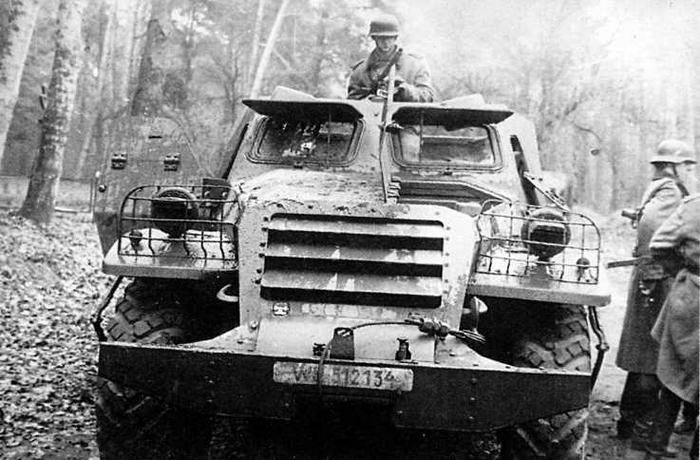 БТР-152В. Открыта левая броневая крышка капота и приоткрыты жалюзи радиаторов