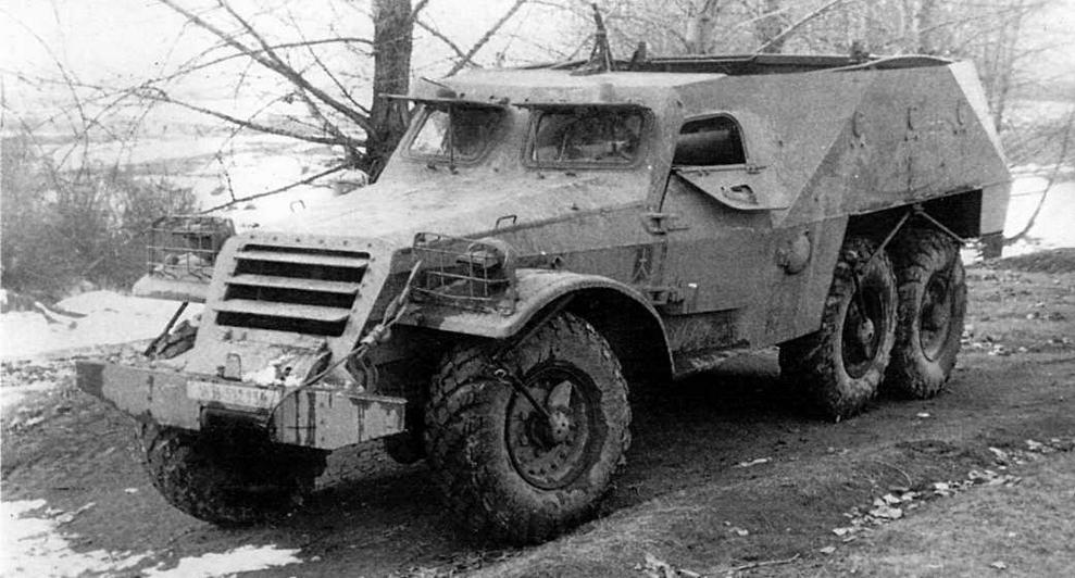 БТР-152В. Машина оборудована лебедкой, бронекрышка которой видна сразу за бампером