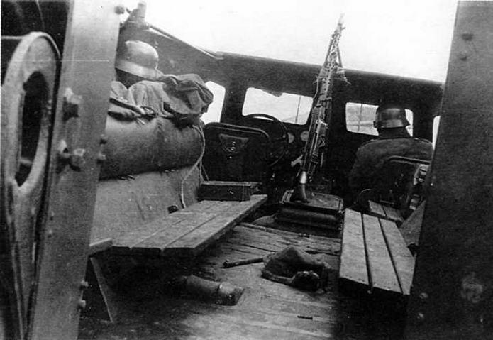 """Интерьер десантного отделения """"мосфильмовского"""" БТР-152В. Обращают на себя внимание штатные деревянные сиденья для десанта и прикрученный проволокой к курсовому вертлюжному кронштейну нештатный пулемет MG 34"""